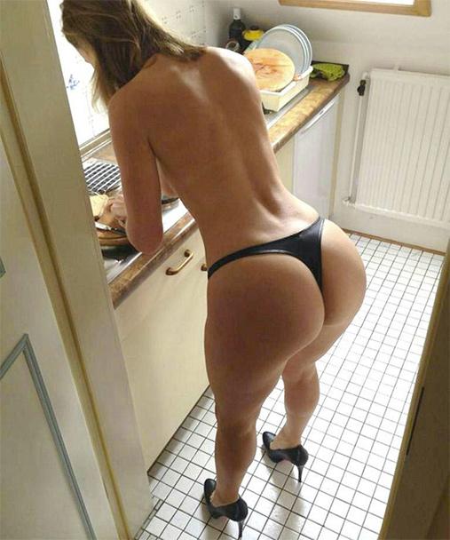 Cougar en string noir qui fait la vaisselle