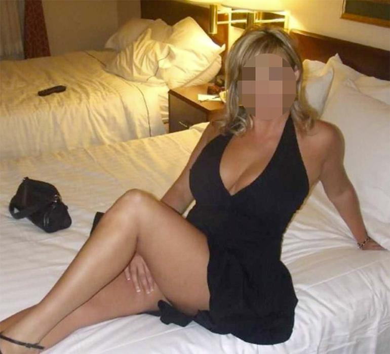 Femme mature blonde chic en robe noire sexy