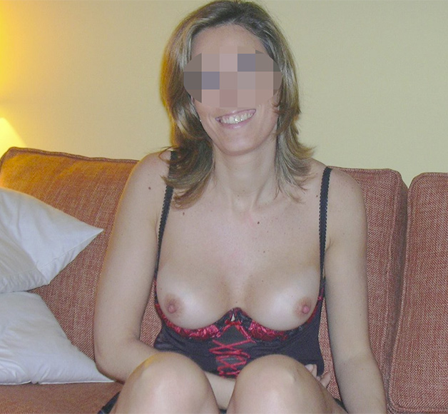Femme cougar avec de petits seins