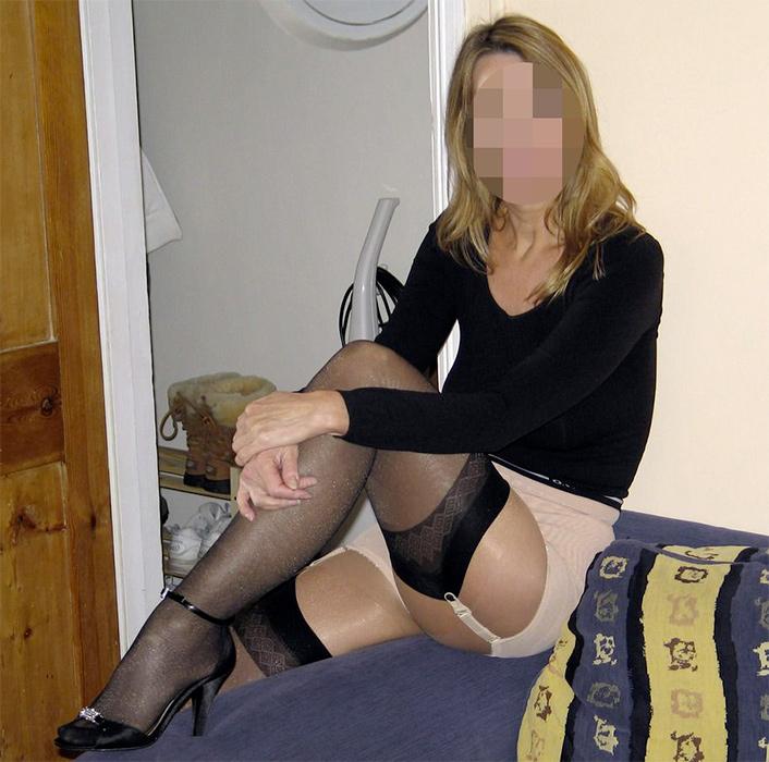 Femme mariée sexy avec des talons et des bas noirs