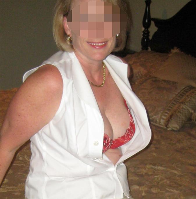 Femme mature sexy en lingerie rouge