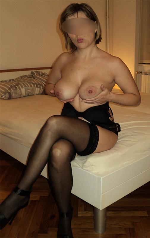Femme mûre avec de gros seins et des collants noirs