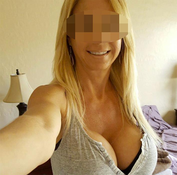 Maman cougar chaudasse avec de gros seins