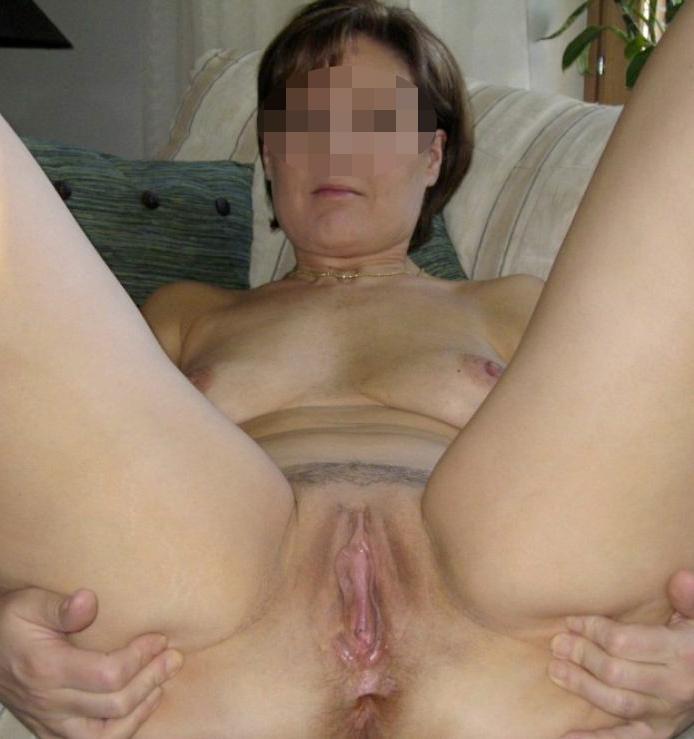 Femme coquine nue allongée sur un lit
