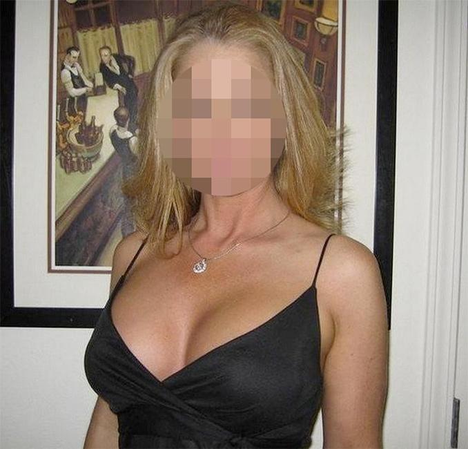 Femme mature sexy en débardeur noir