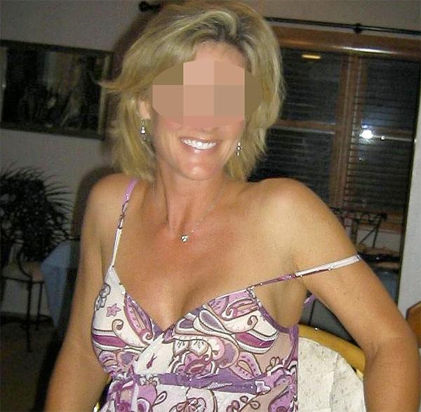 Femme cougar blonde avec des petits seins